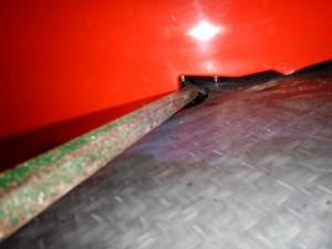 La barre à mine utilisée pour taper sur la partie basse du fer en U